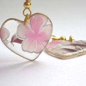 Szívem virága fülbevaló , Ékszer, Fülbevaló, Ékszerkészítés, Szív alakú arany színű medál alapba gyantát öntöttem, abba pedig virágos fólia került. Szintén arany..., Meska