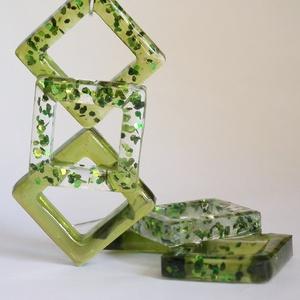 Zöld ötvözet fülbevaló, Ékszer, Fülbevaló, Ékszerkészítés, Négyzet alakú formába gyantát öntöttem, az első négyzetet sima zöldre színezett gyantával töltöttem ..., Meska
