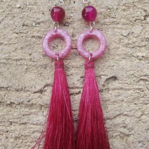 Sötét Rózsaszín bojtos fülbevaló, Rojtos fülbevaló, Fülbevaló, Ékszer, Ékszerkészítés, Rózsaszín achát gyöngyök, rózsaszín pigmentporral színezett gyanta és magenta bojt \nalkotja e kreáci..., Meska