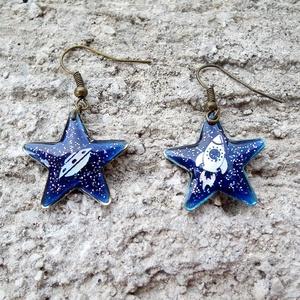 3. típusú találkozás fülbevaló, Ékszer, Fülbevaló, Ékszerkészítés, Csillag alakú keretben sűrítettem a nagy találkozást. Kék gyantára kerültek a kis alakok, egyik olda..., Meska
