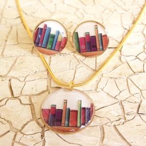 Könyvmoly fülbevaló és nyaklánc, Ékszer, Ékszerszett, Ékszerkészítés, Kis kör alakú keretbe könyves képet tettem, és ezt gyantával rögzítettem. Ehhez egy nagyobb méretű m..., Meska