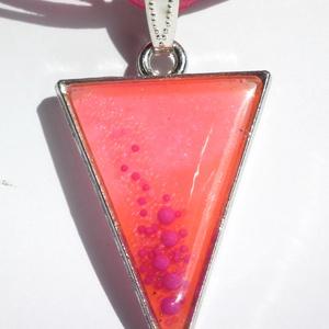Rózsaszín háromszög nyaklánc, pink buborkékokkal, Medálos nyaklánc, Nyaklánc, Ékszer, Ékszerkészítés, Rózsaszínre színezett gyanta került a háromszög alapba, ebbe pedig apró rózsaszín és nagyobb pink bo..., Meska