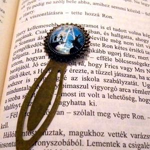 Harry Potter, a Halál ereklyéi, a három testvér meséje, bronz csiptetős könyvjelző, Otthon & Lakás, Papír írószer, Könyvjelző, Ékszerkészítés, Mindenmás, Bronz színű csíptetős könyvjelző alapba a Halál ereklyéinek szimbóluma, valamit egy részelt A három ..., Meska