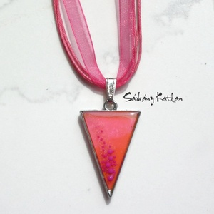 Rózsaszín háromszög nyaklánc, pink buborkékokkal, Ékszer, Medálos nyaklánc, Nyaklánc, Ékszerkészítés, Meska