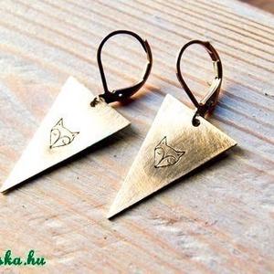 Háromszög róka fülbevaló, Ékszer, Otthon & lakás, Képzőművészet, Illusztráció, Fülbevaló, Ékszerkészítés, Fémmegmunkálás, Sárgaréz, kézzel készült, róka fej akasztós fülbevaló.\n\n- sárgaréz háromszög alakú medálok, 25x16 mm..., Meska