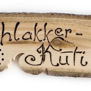 Fa névtábla, Otthon, lakberendezés, Esküvő, Utcatábla, névtábla, Nászajándék, Famegmunkálás, Nyers fából fűrészeléssel és égetéssel készült lakkozott névtábla. Teljesen kézzel készített és egy..., Meska