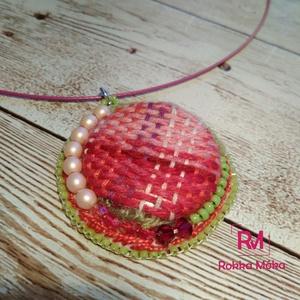 Gomb medál, pink és zöld, kézzel szőtt textilből, gyöngyhímzéssel, Medálos nyaklánc, Nyaklánc, Ékszer, Gyöngyfűzés, gyöngyhímzés, Ékszerkészítés, A KISZÁLLÍTÁS KÖLTSÉGE AJÁNDÉK, NEM KELL KIFIZETNI! \nEgy igazán egyedi és izgalmas medált készítette..., Meska