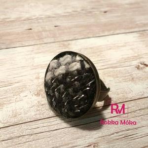 Fekete-fehér gyűrű, kézzel szőtt textilből, Ékszer, Gyűrű, NoWaste, Ékszerkészítés, Szövés, A KISZÁLLÍTÁS KÖLTSÉGE AJÁNDÉK, NEM KELL KIFIZETNI!!\nKézzel szőtt anyagból készítettem a gombot, mel..., Meska