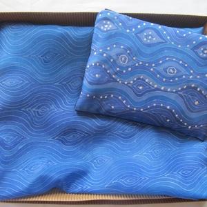 """Selyemkendő-neszeszer készlet.\""""A tenger hullámai\"""", Táska, Divat & Szépség, Sál, sapka, kesztyű, Ruha, divat, Sál, Selyemfestés, 150X45 cm-es kézzel festett selyemkendő. A termék része egy 20x15 cm-es neszeszer, amelynek borítása..., Meska"""