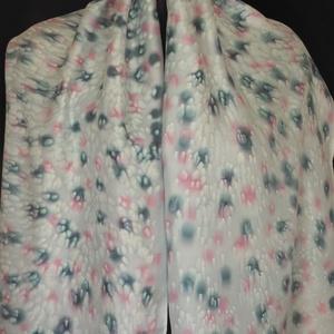 Halványszürke alapon szürke-rózsaszín foltmintás, varázsgyöngy  effekt díszítésü selyemsál 140x50 cm (Selyemtunder) - Meska.hu