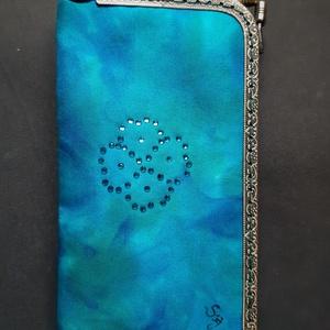 Kék-türkiz színkeverék mintás, virág alakú kristály rátétes selyem tárca, Táska, Divat & Szépség, Táska, Pénztárca, tok, tárca, Mobiltok, Szemüvegtartó, Zsebkendőtartó, Selyemfestés, Varrás, Külseje, kézzel festett színkeverék mintás, kristályokkal díszített selyem felhasználásával készült,..., Meska