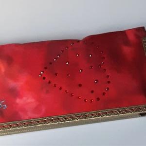 Piros színkeverék mintás, szív alakú kristály rátétes selyem tárca, Táska, Divat & Szépség, Táska, Pénztárca, tok, tárca, Mobiltok, Szemüvegtartó, Zsebkendőtartó, Selyemfestés, Varrás, Külseje, kézzel festett színkeverék mintás, kristályokkal díszített selyem felhasználásával készült,..., Meska
