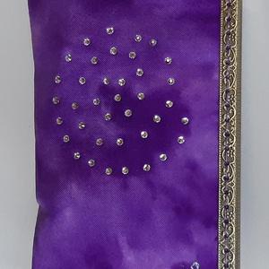 Lila színkeverék mintás, csiga alakú kristály rátétes selyem tárca, Pénztárca & Más tok, Táska & Tok, Telefontok, Selyemfestés, Varrás, Külseje, kézzel festett színkeverék mintás, kristályokkal díszített selyem felhasználásával készült,..., Meska
