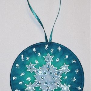 Kristályokkal díszített hópihe selyem mandala karácsonyfadísz, Karácsony & Mikulás, Karácsonyfadísz, Különleges, ünnepi hangulatot árasztó, kézzel festett selyem mandala, rávasalható kristályokkal dísz..., Meska