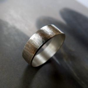 Ezüst karikagyűrű (rusztikus, kalapált), Kerek gyűrű, Gyűrű, Ékszer, Ékszerkészítés, Rusztikus kalapált karikagyűrű Sterling ezüstből. Oxidált, polírozott.\n\nMéret igény szerint\n\nA képen..., Meska