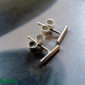 Ezüst vonalka fülbevaló , Ékszer, Fülbevaló, Pötty fülbevaló, Ékszerkészítés, Fémmegmunkálás, Fülbevaló Sterling ezüst drótból. A stopper és a bedugós rész is Sterling ezüst.\n\nMéret:\n8mm.\n\n\nA ké..., Meska