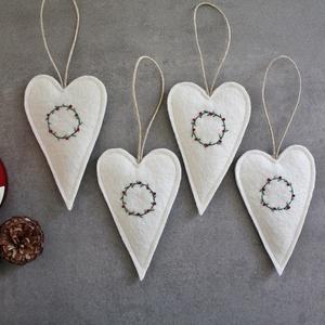 Gyapjúfilc szív szett - kézzel hímzett K a r á c s o n y, Otthon & Lakás, Karácsony & Mikulás, Karácsonyfadísz, Varrás, Hímzés, Fehér, szuper kis minőségű gyapjúfilcből készültek ezek a felakaszthatós szív szett, melyeket szeret..., Meska