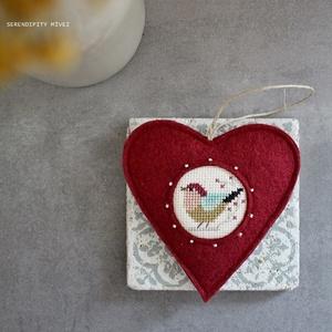 M a d á r k á s ajtódísz - Bordóban, Függődísz, Dekoráció, Otthon & Lakás, Varrás, Hímzés, Aprólékos hímzéssel, teljes mértékben kézzel hímzett madárkás szív, azért hogy egy kis vidámságot cs..., Meska