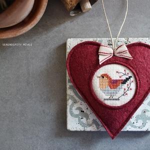 M a d á r k á s ajtódísz - Bordóság, Karácsony & Mikulás, Karácsonyi kopogtató, Varrás, Hímzés, Aprólékos hímzéssel, teljes mértékben kézzel hímzett madárkás szív, azért hogy egy kis vidámságot cs..., Meska