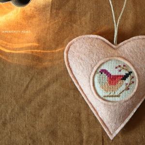 M a d á r k á s ajtódísz - Halvány lazacban, Otthon & Lakás, Dekoráció, Ajtódísz & Kopogtató, Varrás, Hímzés, Aprólékos hímzéssel, teljes mértékben kézzel hímzett madárkás szív, azért hogy egy kis vidámságot cs..., Meska