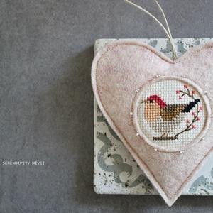 M a d á r k á s ajtódísz - Márványos pasztell rózsaszín, Otthon & Lakás, Dekoráció, Ajtódísz & Kopogtató, Varrás, Hímzés, Aprólékos hímzéssel, teljes mértékben kézzel hímzett madárkás szív, azért hogy egy kis vidámságot cs..., Meska