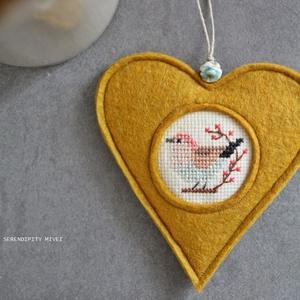 M a d á r k á s ajtódísz - Otthonra, Otthon & Lakás, Dekoráció, Ajtódísz & Kopogtató, Varrás, Hímzés, Aprólékos hímzéssel, teljes mértékben kézzel hímzett madárkás szív, azért hogy egy kis vidámságot cs..., Meska