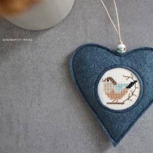 M a d á r k á s ajtódísz - Téli madárdallam, Otthon & Lakás, Dekoráció, Ajtódísz & Kopogtató, Varrás, Hímzés, Aprólékos hímzéssel, teljes mértékben kézzel hímzett madárkás szív, azért hogy egy kis vidámságot cs..., Meska