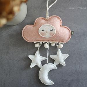 Felhő, holdacska, csillag függő - pasztell b a b a s z o b á b a, Játék & Gyerek, 3 éves kor alattiaknak, Kiságyforgó, Varrás, Egyedi, kézzel hímezgetve készült felhőkés függőke, mely babaszobai dekorációként született.\nBabaágy..., Meska