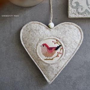 M a d á r k á s ajtódísz - Tavaszi csicsergés, Otthon & Lakás, Dekoráció, Ajtódísz & Kopogtató, Aprólékos hímzéssel, teljes mértékben kézzel hímzett madárkás szív, azért hogy egy kis vidámságot cs..., Meska