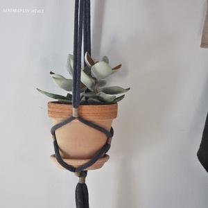 Virágtartó - m i n i m á l otthonokba, antracitban, Otthon & Lakás, Dekoráció, Virágtartó, Újrahasznosított alapanyagból készült termékek, Kézzel készült, felakasztható vagy -függeszthető macramé növénytartó, amely igazán hasznos, ha nincs..., Meska