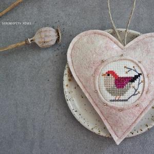 M a d á r k á s ajtódísz - Nyári virágokhoz, Otthon & Lakás, Dekoráció, Ajtódísz & Kopogtató, Aprólékos hímzéssel, teljes mértékben kézzel hímzett madárkás szív, azért hogy egy kis vidámságot cs..., Meska
