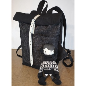 Serin fekete hátizsák (elől belül zsebes) AKCIÓS, Roll top hátizsák, Hátizsák, Táska & Tok, Varrás, Egyéni hátizsák.\nA táska külseje elől egy különleges csillogós tweed (szövet)anyag , hátul pedig erő..., Meska