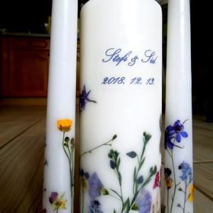 Esküvői gyertyaszett (3 darabos) - felirattal is, Otthon & lakás, Dekoráció, Esküvő, Esküvői dekoráció, Mindenmás, Hófehér 20*7 cm-es főgyertya 2 kísérővel (2,5*25 cm). A gyertyák általam gyűjtött és préselt mezei v..., Meska