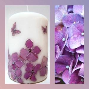 Rózsaszín kontúrozott hortenzia virágos díszgyertya, Esküvő, Dekoráció, Gyertya & Gyertyatartó, Gyertya-, mécseskészítés, Mindenmás, Natúr fehér 9 cm magas és 6 cm széles minőségi gyertya, általam gyűjtött hortenzia virággal, pillang..., Meska