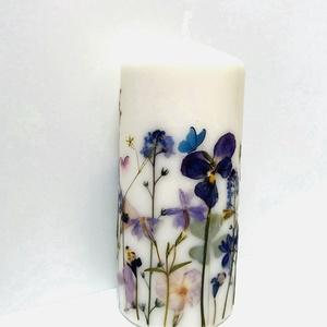 3D Péselt virágos díszgyertya, Esküvő, Dekoráció, Gyertya & Gyertyatartó, Gyertya-, mécseskészítés, Mindenmás, Natúr fehér 15 cm magas és 7 cm széles minőségi gyertya, általam gyűjtött virágokkal, pillangókkal d..., Meska