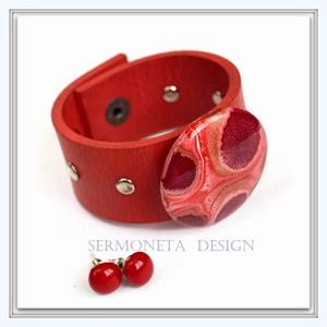 Matt piros  valódi bőr szegecselt karkötő patentos üvegdísszel, piros pötty fülbevalóval, Ékszer, Karkötő, Ékszerkészítés, Bőrművesség, Vagány stilusú karkötő központi dísze egy Marabu üvegfestékkel  díszített 4 cm-es színes üveglencse,..., Meska