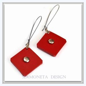 Piros hasított marhabőr  négyzet  fülbevaló ezüst színű szegeccsel, Ékszer, Fülbevaló, Ékszerkészítés, Bőrművesség,  Hasított marhabőrből  készítettem ezt a piros négyzet alakú   fülbevalót, amelyet ezüst színű szege..., Meska