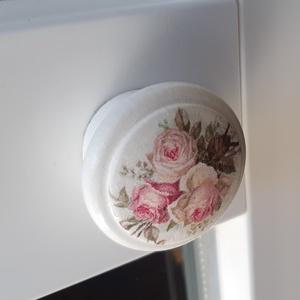Vintage rózsás bútorgomb fából, decoupage technikával, Otthon & lakás, Bútor, Fogantyú, Dekoráció, Decoupage, transzfer és szalvétatechnika, Festett tárgyak, Gyönyörűen esztergált fából készitem a képeken látható vintage stilusú, rózsákkal diszitett bútorgom..., Meska