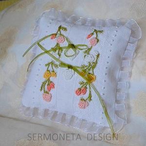Gyűrüpárna, vintage himzett ,rózsás, romantikus gyűrűpárna 3D himzéssel, csipkével, esküvői ajándék, , Gyűrűtartó & Gyűrűpárna, Kiegészítők, Esküvő, Hímzés, Varrás, Különlegesen szép ,egyedi, romantikus gyűrűpárnát készitettem 3D himzéssel. Ezt a himzést brazil him..., Meska