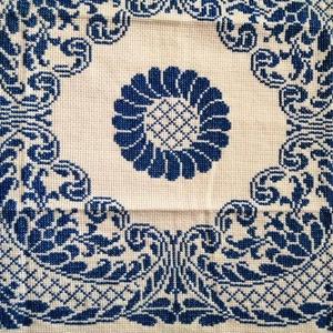 Keresztszemes terítő, Művészet, Textil, Keresztszemes, Hímzés, Varrás, 42x42cm-es, sarokmintából továbbgondolt virágos minta. Mérete alapján kis asztalra vagy akár díszpár..., Meska