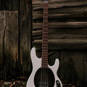 SHG Guitars - Vintage Modern Ray Bass basszusgitár, Művészet, Hangszer & Hangszertok, Mindenmás, Famegmunkálás, Magyar készítő által, kézzel tervezett és készített, custom elektromos basszusgitár.\n\nKészült: 2020\n..., Meska