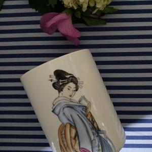 porcelán bögre kézzel festett figurával, Konyhafelszerelés, Otthon & Lakás, Festett tárgyak, Keleties bögre, gésával, fogó nélküli, 2 dl-es. \n\n, Meska