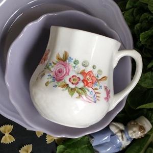 kézzel festett porcelán bögre, Bögre & Csésze, Konyhafelszerelés, Otthon & Lakás, Festett tárgyak, Hasas porcelán bögre, általam kézzel festett virág díszítéssel, a bögre mindkét oldalán különböző cs..., Meska