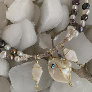 Kagyló medálokkal díszített kékeslila nyaklánc, Ékszer, Nyaklánc, Medálos nyaklánc, Ékszerkészítés, A medál része három fehér arany színű dróttal díszített kagylóból áll. A dupla soros gyöngyből és ká..., Meska