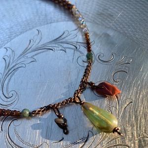 Aszimmetrikus medál résszel ellátott nyaklánc, Ékszer, Nyaklánc, Medálos nyaklánc, Ékszerkészítés, A medál része három kölünböző gyöngyel díszíti a nyakláncot. A dupla soros gyöngyből és kásagyöngybő..., Meska