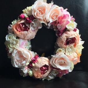 Romantikus pasztell kopogtató, Lakberendezés, Otthon & lakás, Ajtódísz, kopogtató, Asztaldísz, Koszorú, Virágkötés, Selyemszalaggal bevont 25 cm-es szalma koszorúra készítettem, halvány rózsaszín és ehhez hangulatába..., Meska