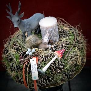 Erdei hangulatú karácsonyi asztaldísz koszorú, Otthon & Lakás, Karácsony & Mikulás, Karácsonyi dekoráció, Virágkötés, Az erdő ünnepi hangulatát idézi ez a naturális asztaldísz,  mely moha alapon fenyőtobozokkal díszíte..., Meska