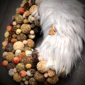 Ünnepváró karácsonyi termés kopogtató ajtódísz, Otthon & Lakás, Karácsony & Mikulás, Karácsonyi kopogtató, Virágkötés, A natúr színek és termések kedvelőinek, kevés műszörme betéttel készült koszorú. Átmérője 32-33 cm...., Meska
