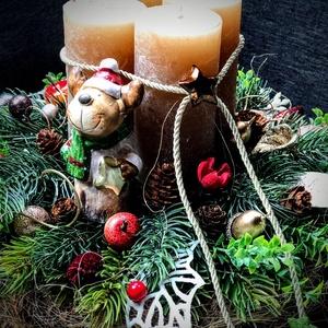Adventi koszorú asztaldísz szarvassal, Otthon & Lakás, Karácsony & Mikulás, Adventi koszorú, Virágkötés, A hagyományos, klasszikus karácsonyi asztaldíszek kedvelőinek készült, 20 cm-es moha alapra, átmérőj..., Meska
