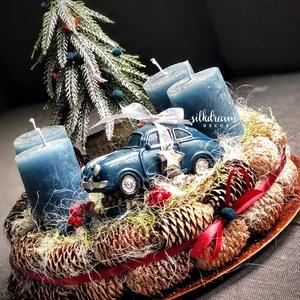 Autós Adventi koszorú karácsonyi asztaldísz , Karácsony & Mikulás, Adventi koszorú, Virágkötés, Tobozos alapra készült erdei részlet autóval. Tartós asztaldísz, sok éven át használható az ünnepvár..., Meska
